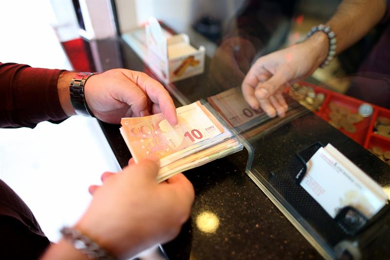 The Turkish lira falls to its historic low against the euro and the dollar